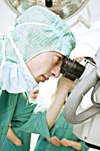 Student med mikroskop, foto: Geir Mogen/NTNU