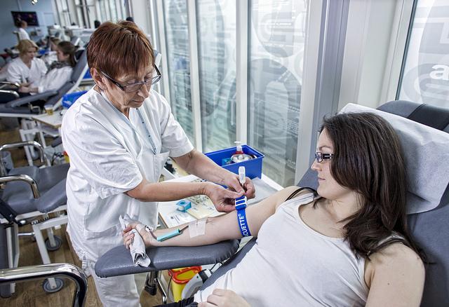 Blodgiver gir blod. Foto: St. Olavs Hospital