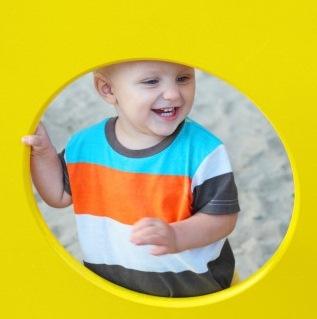 ustrasjonsbilde: liten gutt i gul ring