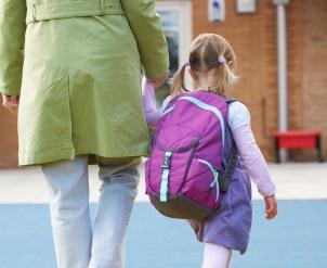 Illustrasjon: Photos.com. Liten skolejente med forelder