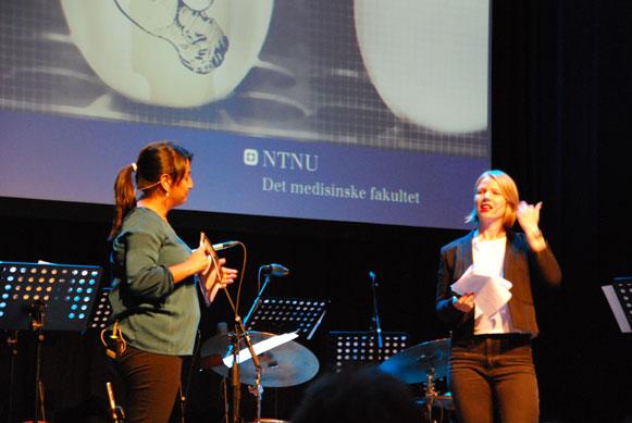 Ingvill Stuvøy (til høyre) og konferansier Mala Naveen. (Foto: Maria C. Stuifbergen)