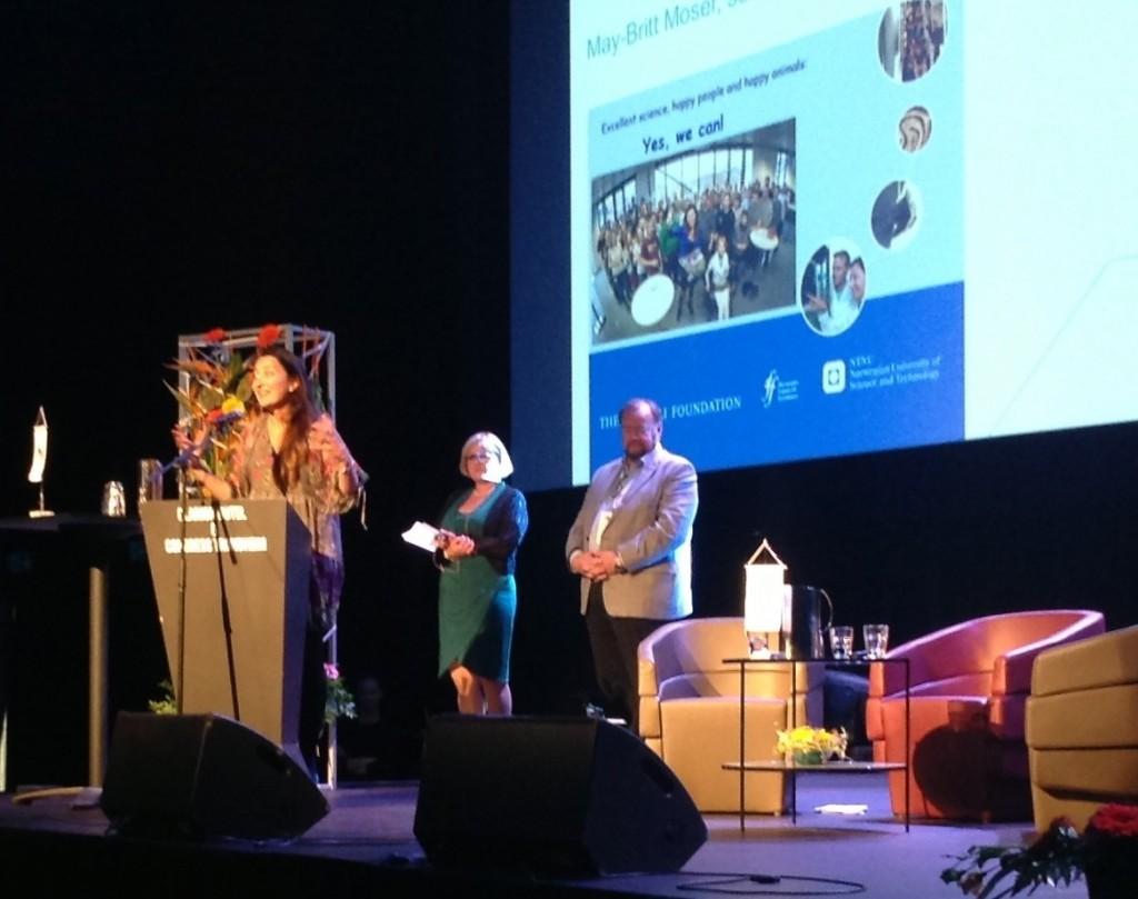 Direktør i Sparebank 1 SMN Marvin Wiseth delte ut prisen til May-Britt Moser