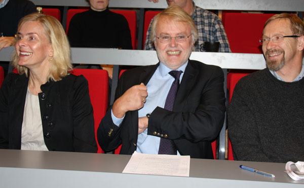 Fornøyde forskere, fra venstre: nestleder CEMIR, Trude Helene Flo, leder for CEMIR, Terje Espevik, Insituttleder Institutt for kreftforskning og molekylær medisin Magne Børset.