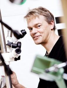 Edvard Moser med mikroskop