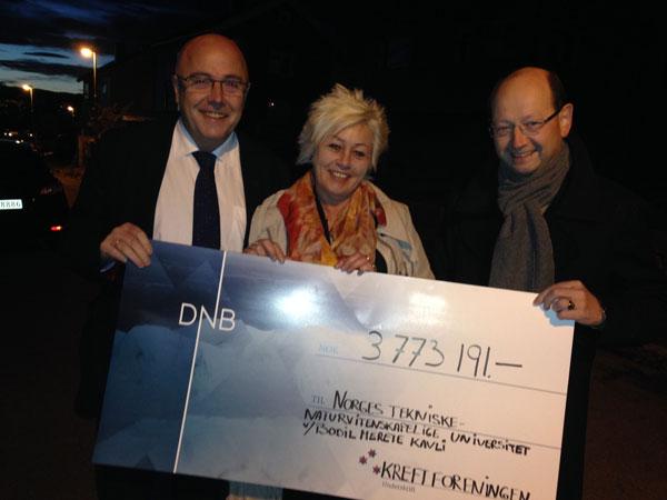 Her er folkene klare for direktesending og sjekkoverlevering. Fra venstre dekanus Stig Slørdahl, Anne Lise Ryel, generalsekretær i Kreftforeningen og Arne Lyngstad som har overlevd lymfekreft.