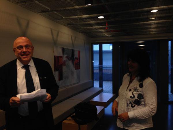 Her har dekanus akkurat fått en hemmelig liste over hvilke forskere som fikk støtte fra Kreftforeningen. Til venstre: Heidi Venæs i TV2.