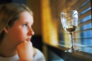 Alkohol er det rusmiddelet som er mest vanlig blant ungdom, og som skaper flest utfordringer for ungdommers helse og videre liv. Illustrasjon: Photos.com
