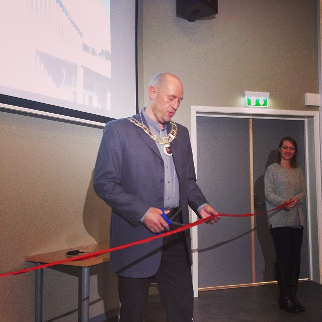 Ordfører Robert Svarva klipper snora (bilde:NTNU)