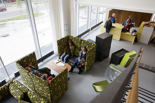 Sittegruppe i bibliotek