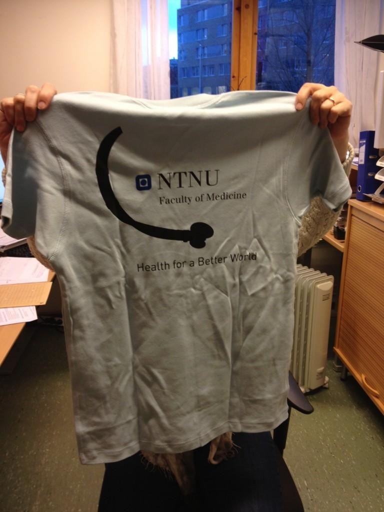 Nydelig (om enn litt ustrøket) t-skjorte på vei til vinnerne!