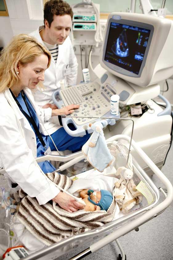 Ultralydundersøkelse av nyfødt. Foto: Geir Mogen