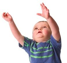 Liten gutt strekker hendene. Illustrasjon: Photos.com
