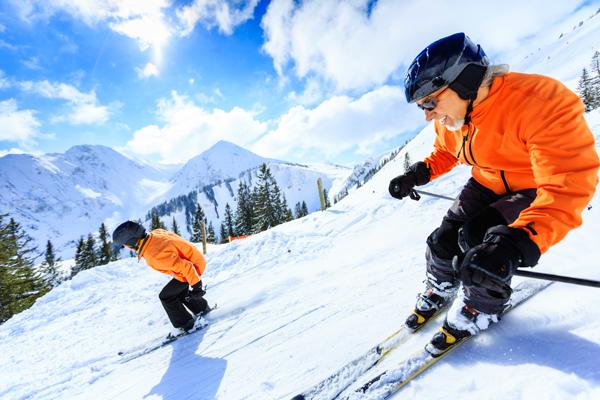 Et par står på slalom istockpoto