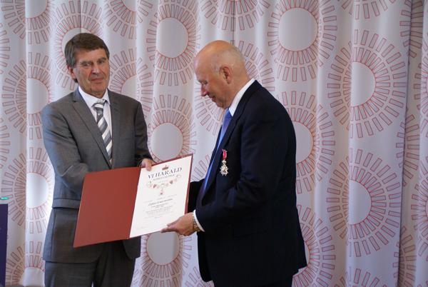 Utdeling: Fylkesmann Jørn Krog og Are Holen