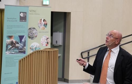 Stig Slørdahl snakker på åpningen av NorMIT