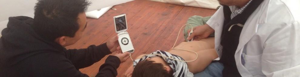 gutt og far ser på ultralydbilde på Vscan