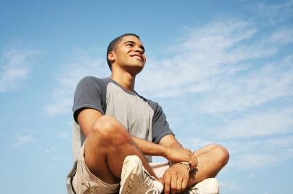 mann som mediterer.