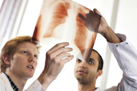 Leger studerer røntgenbilde. Foto: Geir Mogen/NTNU