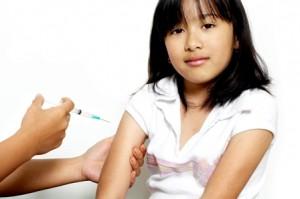 Ei jenter får vaksine. Foto: iStockPhoto