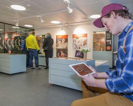 mann ser på iPad i Medisinsk museum