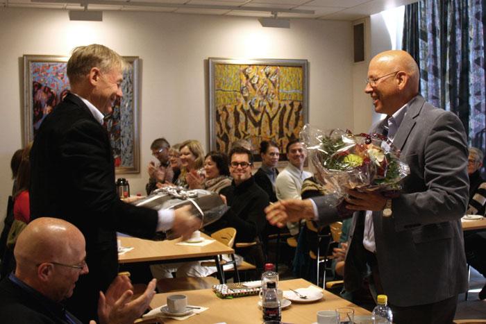 Instituttleder Lars Jacob Stovner overrekker blomster og gave fra Institutt for nevromedisin, som takk for mange års innsats.