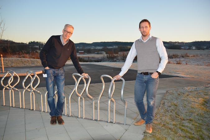 forskere på fysisk aktivitet og folkehelse Vegar Rangul (HiNT/HUNT) og Steinar Krokstad /HUNT) - her ved typisk tomme sykkelstativer ved en arbeidsplass i Levanger...