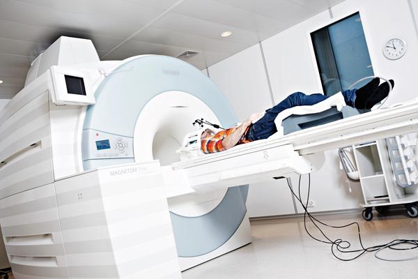 Både alvorlige og moderate hodeskader kan føre til senplager som tretthet og konsentrasjonsproblemer. MR-teknologi hjelper forskerne med å forstå mer av hva som skjer etter hodeskader. Foto: Geir Mogen / NTNU