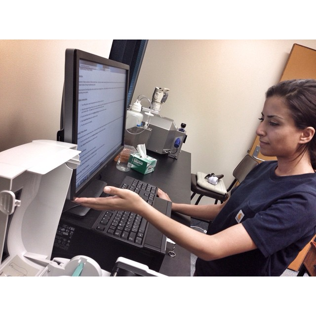 Atefe Tari setter opp Biobanken for våre samarbeidspartnere ved Universitetet i Queensland i Brisbane, Australia.