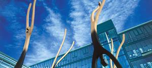 """Utsnitt av skulpturen """"Opp-ned"""" utenfor Medisinsk teknisk forskningssenter. Foto: Jon Terje Fossland"""