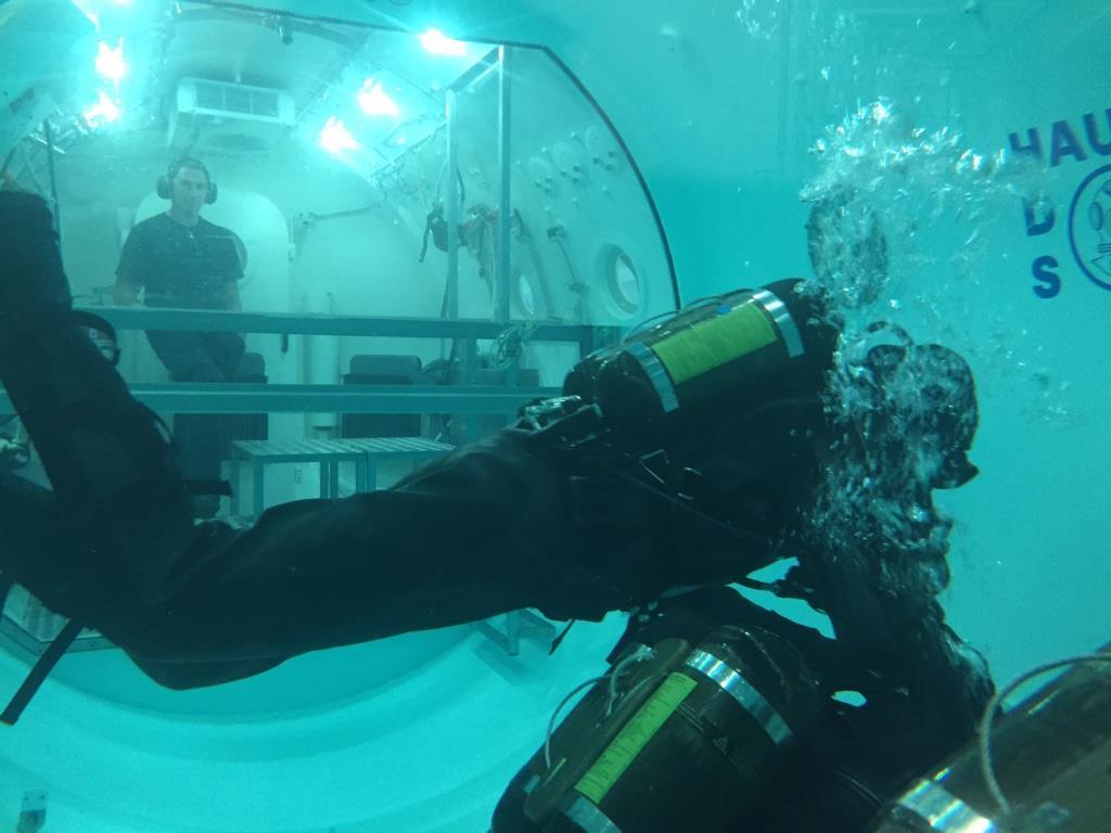 Dykker i testkammer