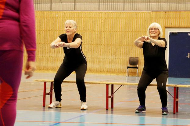 Eldre damer trener inne i hall