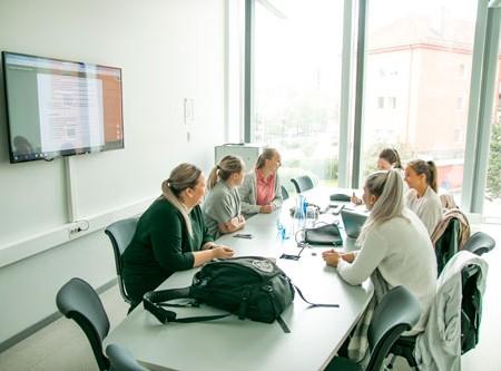 Sykepleierstudenter jobber i grupper på Innovasjonscampen for å finne den beste løsningen på reelle oppdrag. Foto: Mariana Bryk/NTNU