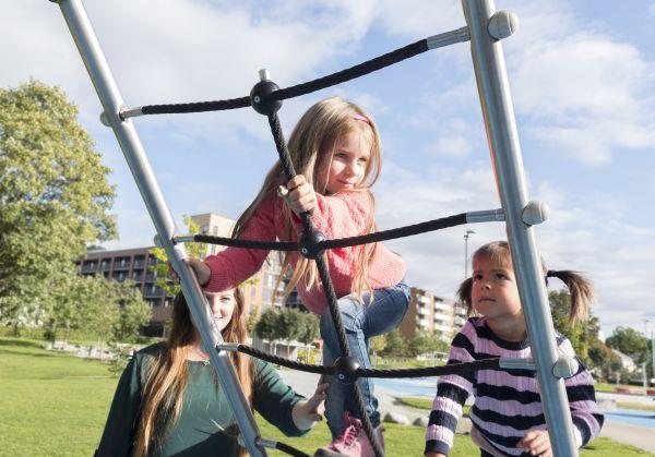 barn klatrer i klatrestativ