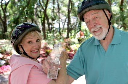 dame og mann med sykkelhjelm