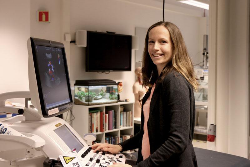 Solveig Fadnes er utdannet sivilingeniør, og synes det er spennende å samarbeide så tett med kolleger med helsefaglig bakgrunn i det integrerte universitetssykehuset. Foto: Kari Williamson