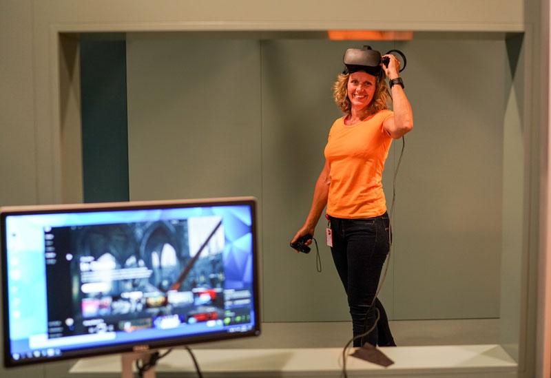 Helen Berg med VR-briller-