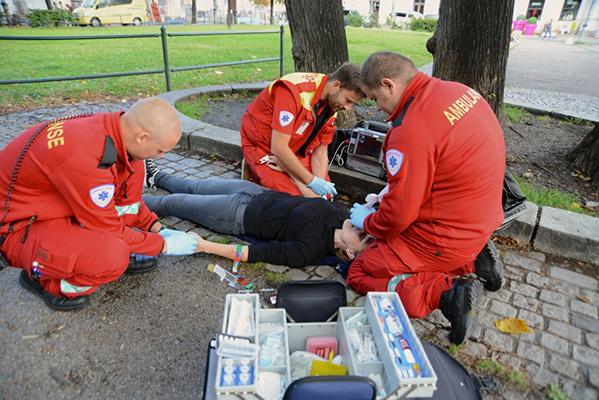 Illustrasjonsbilde. Ambulansepersonell gir nesespray mot overdose.