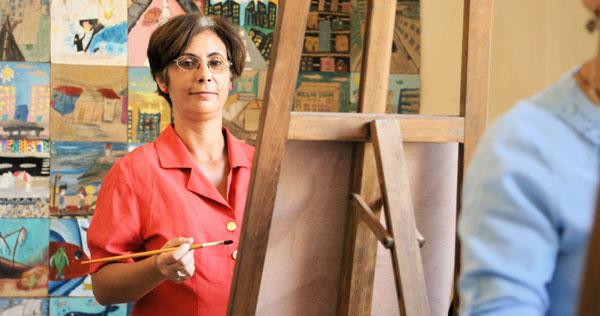 Kvinne som maler et bilde