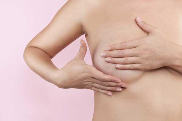 Hender på nakent bryst. Illustrasjonsfoto: iStockphoto
