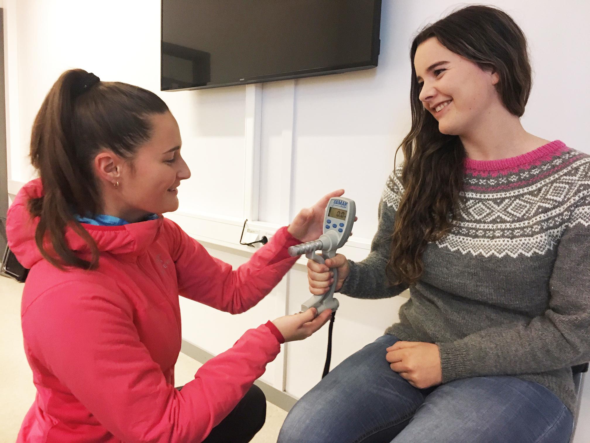 Sykepleierstudenter øver seg på å måle gripestyrke