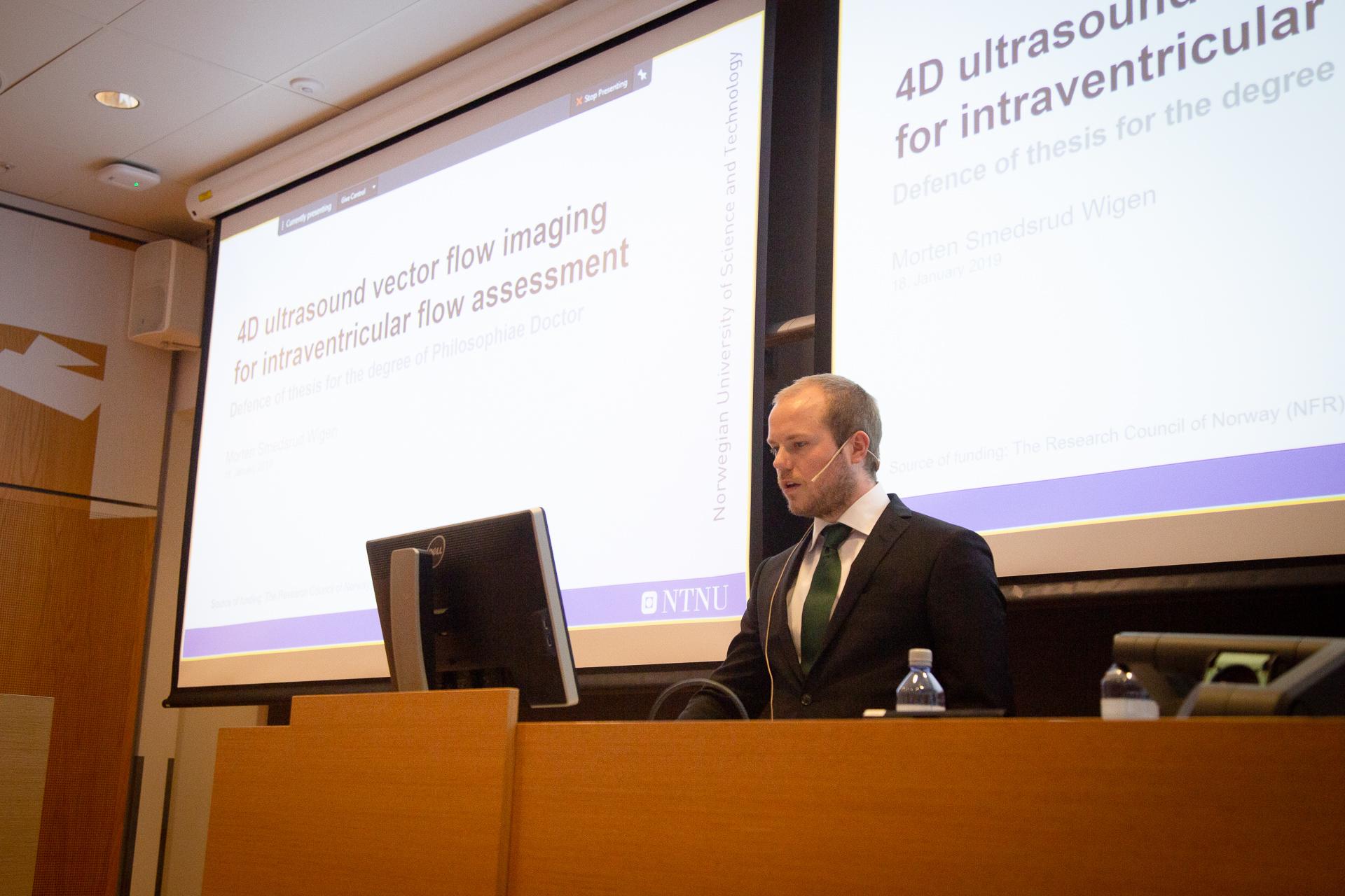 Morten Wigen standing at the podium defending his PhD-degree