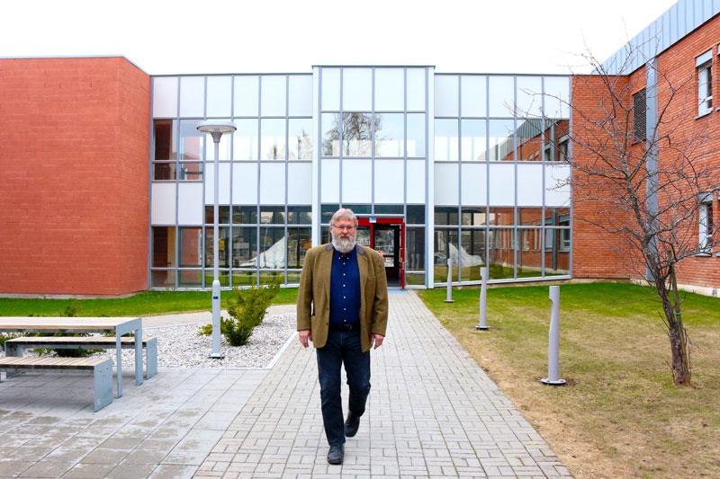 Steinar Barstad avbildet utendørs på campus, NTNU i Gjøvik.