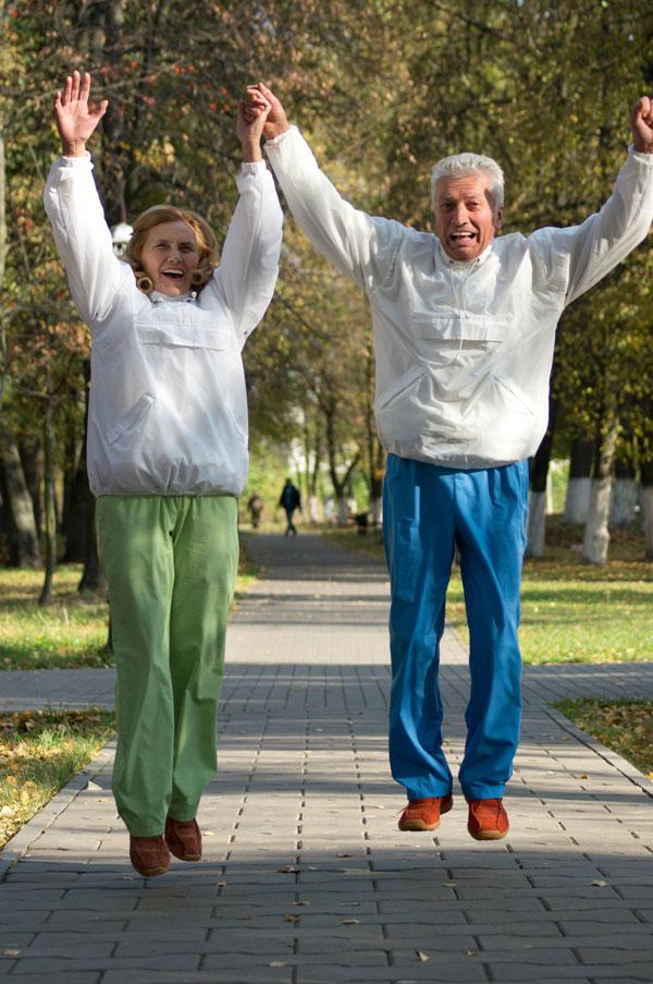 kvinne og mann hopper