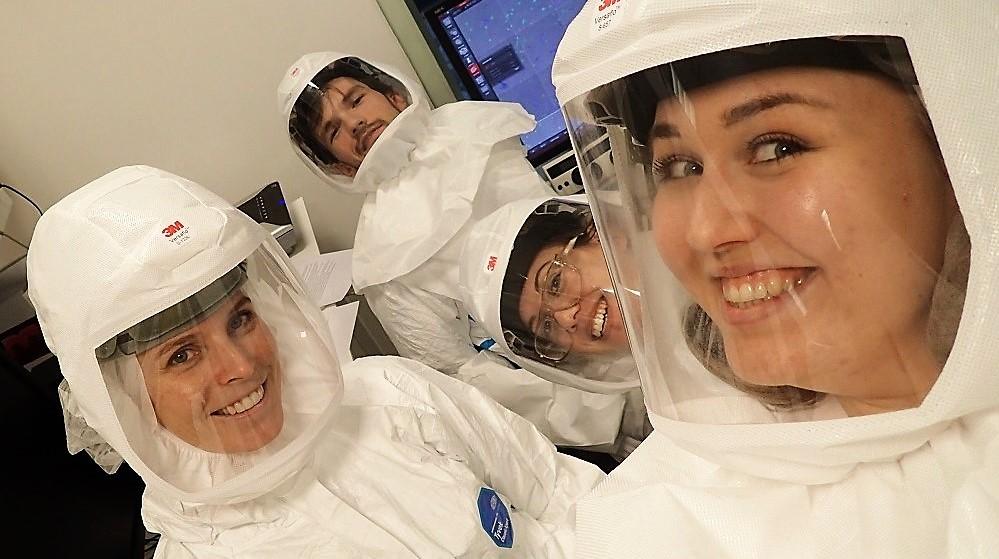 I arbeid inne på biosikkerheitsnivå 3-labben